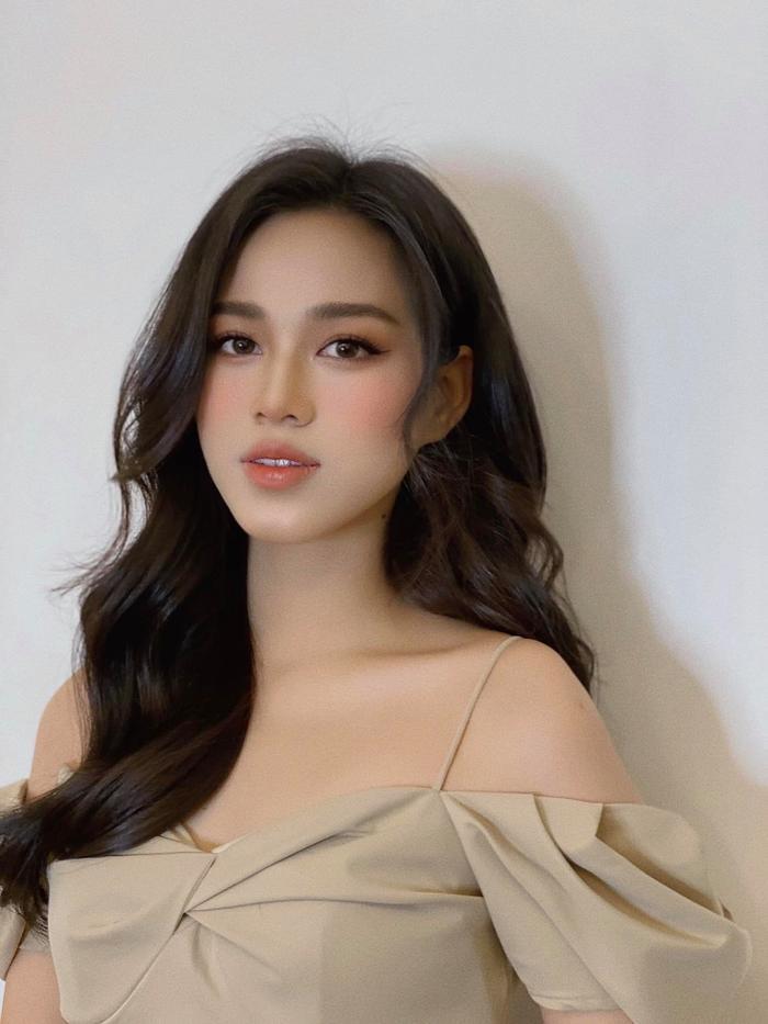 Hoa hậu Đỗ Thị Hà đẹp mê hoặc với thần thái kiêu sa trong kiểu áo cách điệu tay bèo Ảnh 4