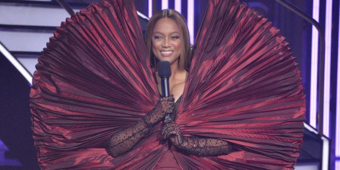 Làm siêu mẫu không quên tấu hài, Tyra Banks tự tin mặc váy như khủng long bay Ảnh 5