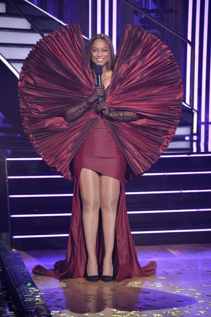 Làm siêu mẫu không quên tấu hài, Tyra Banks tự tin mặc váy như khủng long bay Ảnh 1