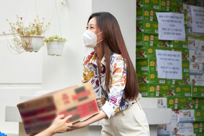Hoa hậu Khánh Vân tặng quà hưởng ứng chương trình 'Triệu phần quà - san sẻ yêu thương' Ảnh 6