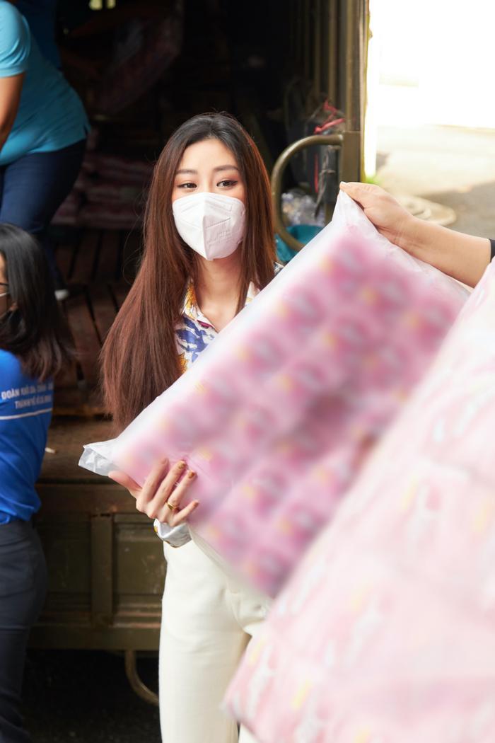 Hoa hậu Khánh Vân tặng quà hưởng ứng chương trình 'Triệu phần quà - san sẻ yêu thương' Ảnh 3
