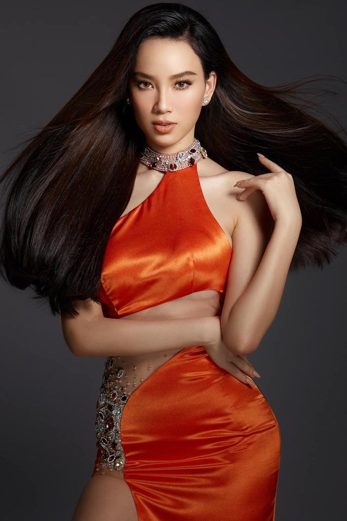Ái Nhi đụng váy siêu phẩm với Tiểu Vy, Lương Thùy Linh: Ai xứng danh nữ thần? Ảnh 2