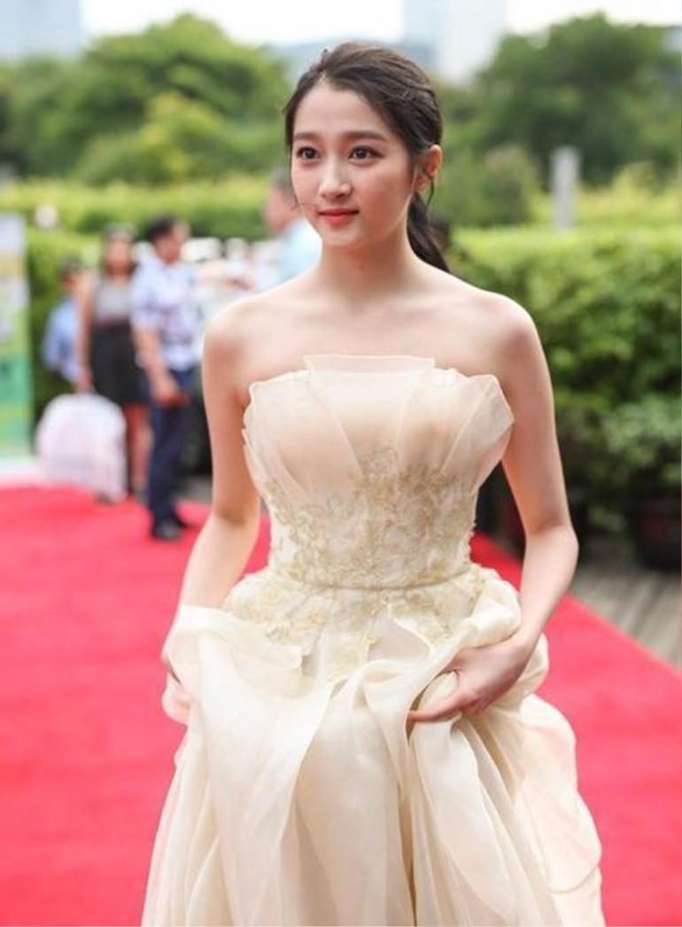 Đẳng cấp nữ thần Quan Hiểu Đồng, mặc váy xẻ tà cũng lên top 3 hot search Ảnh 5