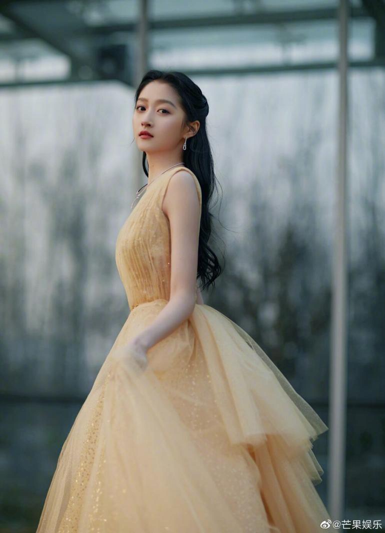 Đẳng cấp nữ thần Quan Hiểu Đồng, mặc váy xẻ tà cũng lên top 3 hot search Ảnh 4