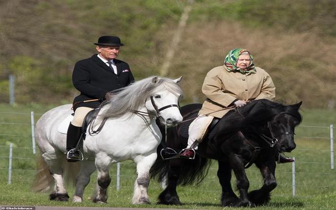 Nữ hoàng Elizabeth lần xuất hiện công khai đầu tiên trước công chúng