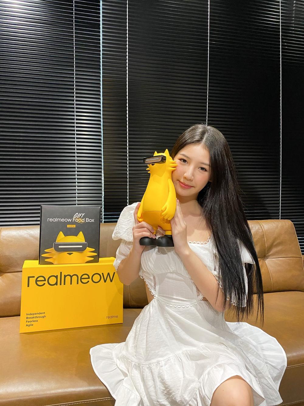 Ca sĩ ISSAC, Amee thích thú với linh vật của Realme: chú mèo tạo xu hướng Realmeow Ảnh 2