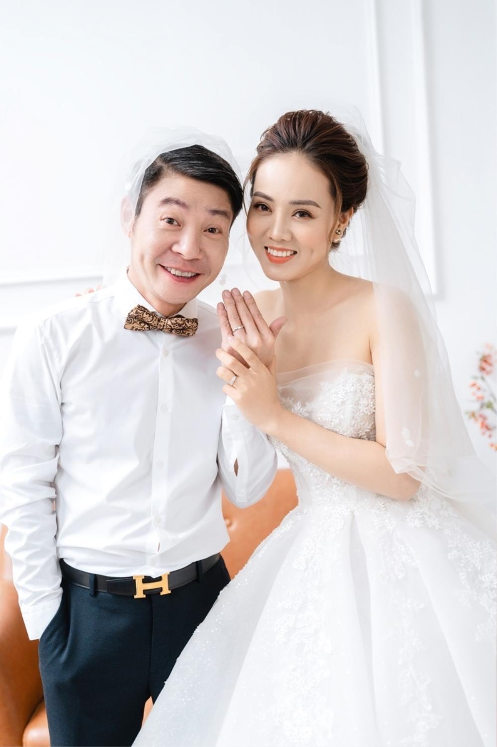 Công Lý và vợ trẻ kém 15 tuổi khoe nhẫn cưới tình tứ gây sốt MXH Ảnh 2