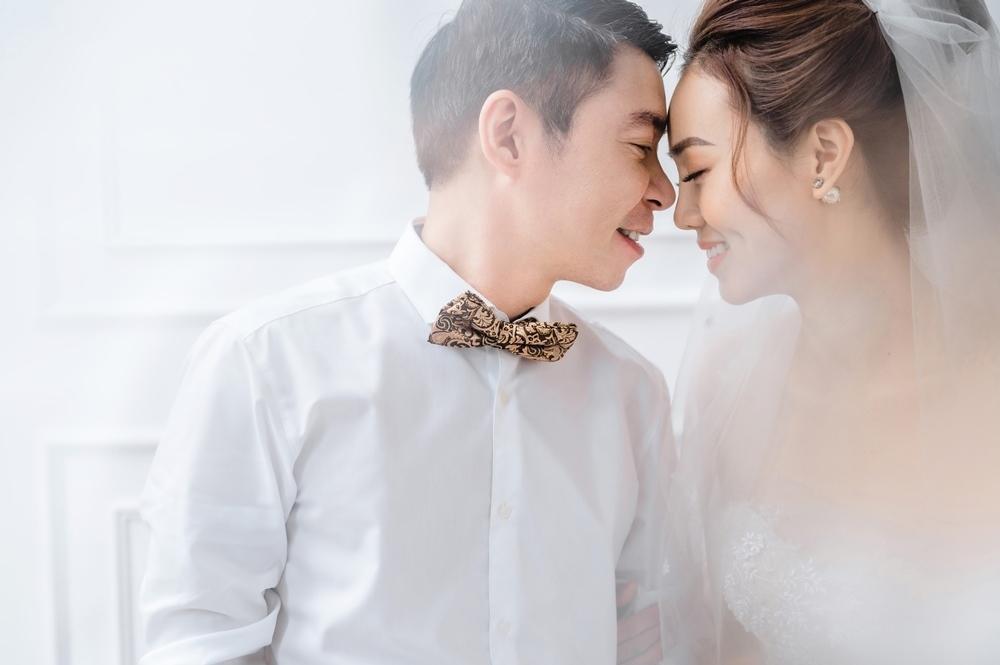 Công Lý và vợ trẻ kém 15 tuổi khoe nhẫn cưới tình tứ gây sốt MXH Ảnh 1