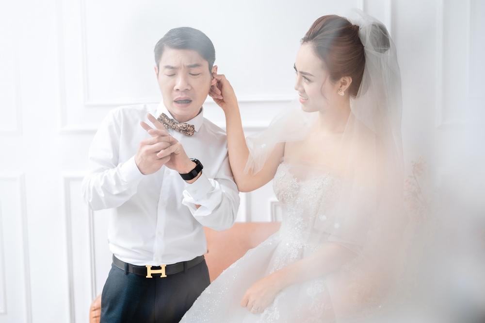 Công Lý và vợ trẻ kém 15 tuổi khoe nhẫn cưới tình tứ gây sốt MXH Ảnh 3