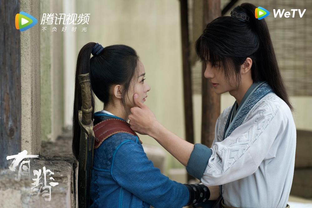 Fan Việt bấn loạn với cảnh hôn sáng tạo của Vương Nhất Bác - Triệu Lệ Dĩnh trong 'Hữu Phỉ' Ảnh 1
