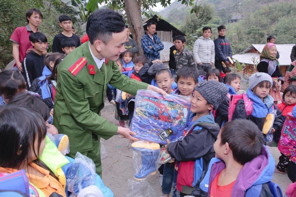 Viên Đình Long: chàng trai có tấm lòng 'vàng', giúp đỡ mọi người vượt qua khó khăn Ảnh 3