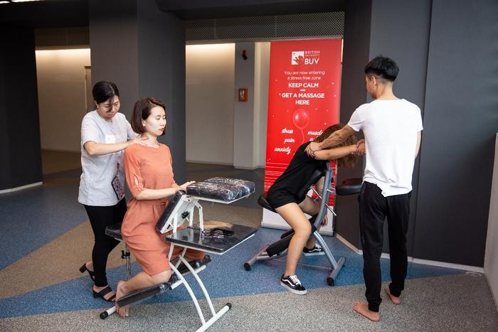 Trường đại học 'nhà người ta': Khu tổ hợp thể thao gym, yoga, bóng đá, bóng rổ cực chất & dịch vụ massage cho sinh viên sau giờ học
