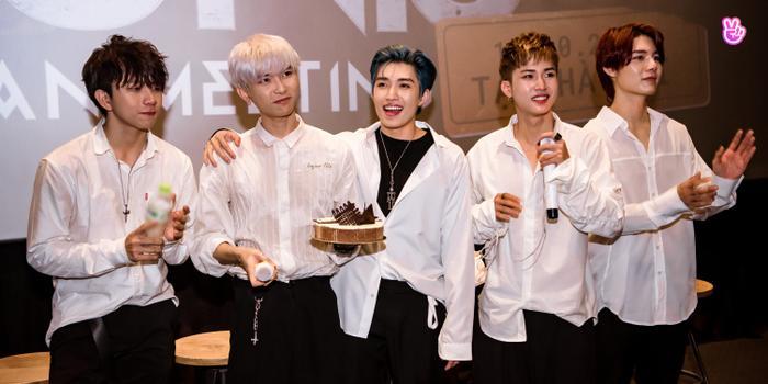 Uni5 rơi nước mắt khi gặp fan Hà Nội, hứa đi cùng nhau thêm 10, 20 năm Ảnh 1