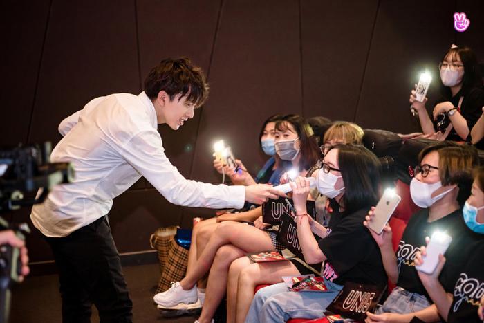 Uni5 rơi nước mắt khi gặp fan Hà Nội, hứa đi cùng nhau thêm 10, 20 năm Ảnh 7