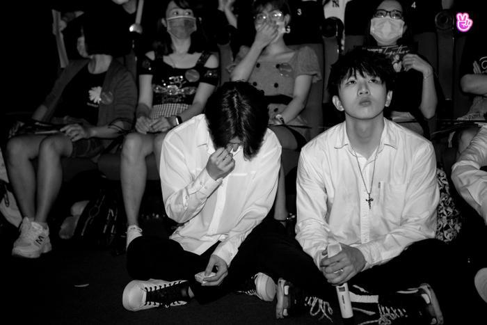 Uni5 rơi nước mắt khi gặp fan Hà Nội, hứa đi cùng nhau thêm 10, 20 năm Ảnh 8