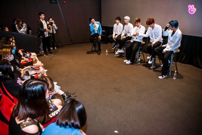 Uni5 rơi nước mắt khi gặp fan Hà Nội, hứa đi cùng nhau thêm 10, 20 năm Ảnh 4