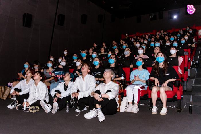 Uni5 rơi nước mắt khi gặp fan Hà Nội, hứa đi cùng nhau thêm 10, 20 năm Ảnh 5