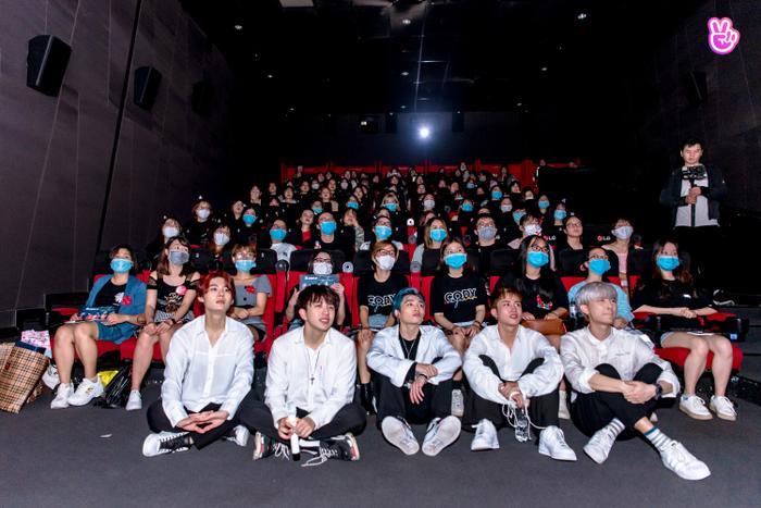 Uni5 rơi nước mắt khi gặp fan Hà Nội, hứa đi cùng nhau thêm 10, 20 năm Ảnh 11
