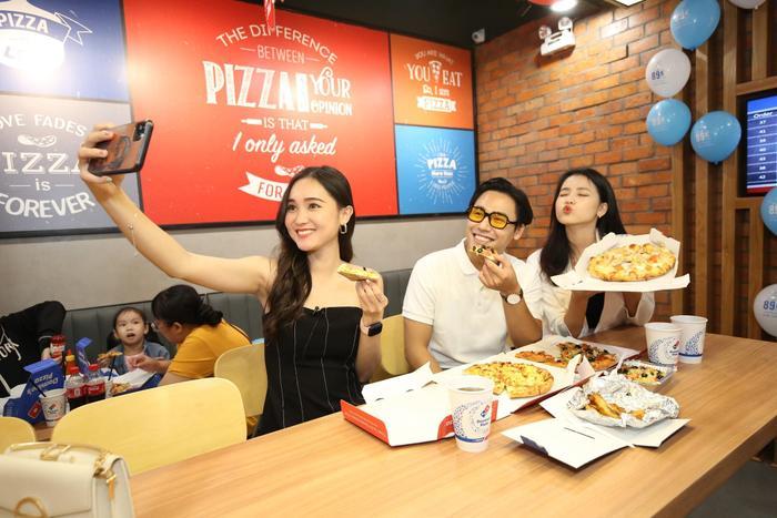 Sau chung kết Rap Việt, Karik trở thành 'Hoàng tử pizza' khuấy động buổi khai trương cửa hàng thứ 50 - Domino's Phạm Hồng Thái Ảnh 6