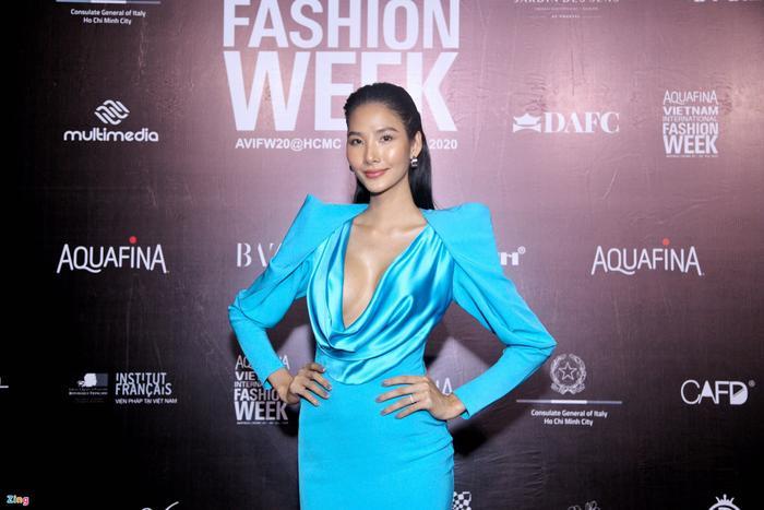 Hoa hậu Tiểu Vy và dàn mỹ nhân đọ vẻ gợi cảm trên thảm đỏ Ảnh 1