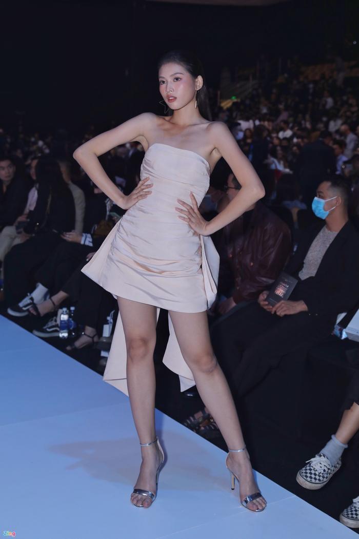 Hoa hậu Tiểu Vy và dàn mỹ nhân đọ vẻ gợi cảm trên thảm đỏ Ảnh 16