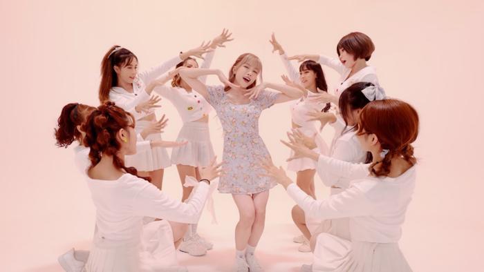 Thiều Bảo Trâm hát live Love Rosie nhưng 'vật lạ' trên tay mới là thứ khiến fans chú ý Ảnh 2